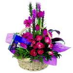 çikolata ve sepette çiçek   Şanlıurfa hediye sevgilime hediye çiçek