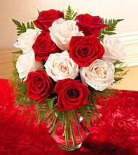 Şanlıurfa hediye çiçek yolla  5 adet kirmizi 5 adet beyaz gül cam vazoda
