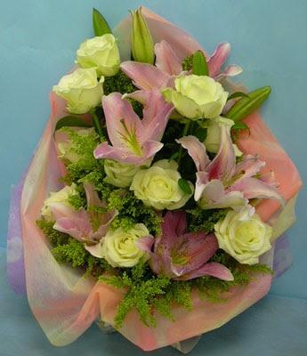 11 adet gül ve 2 adet kazablanka buketi  Şanlıurfa çiçek gönderme sitemiz güvenlidir