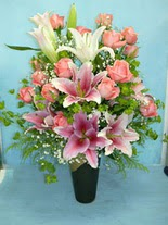 Şanlıurfa çiçek gönderme sitemiz güvenlidir  cam vazo içerisinde 21 gül 1 kazablanka