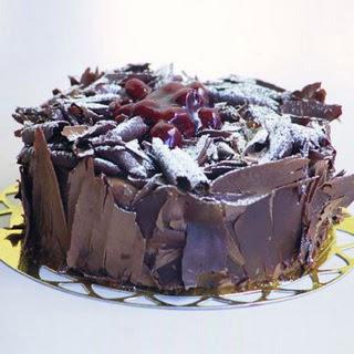 pasta yolla 4 ile 6 kisilik visneli çikolatali yas pasta  Şanlıurfa İnternetten çiçek siparişi