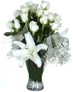 cam içerisinde 11 beyaz gül ve 1 kazablanka  Şanlıurfa İnternetten çiçek siparişi