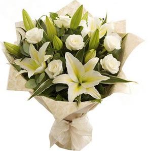 Şanlıurfa çiçek siparişi sitesi  3 dal kazablanka ve 7 adet beyaz gül buketi