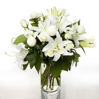 Şanlıurfa hediye sevgilime hediye çiçek  1 dal cazablanca 7 adet beyaz gül vazosu