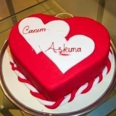 8 kişilik kırmızı kalp yaş pasta